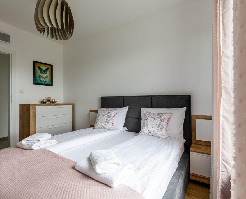 sypialnia w zaaranżowanym apartamencie pod wynajem